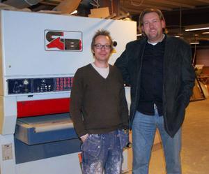 Johan Mårtensson, till vänster, har nu sålt sitt företag Bengt Slöjdare till det amerikanska företaget Sustainable Cards, som bland annat representerades av Peo Åkesson vid introduktionen på fredagen.