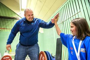 Fredrik Svensson gör high five med styvdottern Leonora, 9.