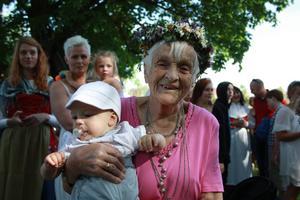 FORS. Nittioåriga Elin Holm från Fors firar alltid midsommar i Fors brukspark. Här är hon med barnbarnsbarnet Jonathan Abdi Holm.