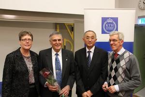 FINT MÖTE. Anna Hultin Stigenberg, Ping Liu och Jan-Olof Nilsson träffade Nobelprisvinnaren Daniel Shechtman (med blommorna).