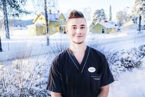 Johnny West arbetar som resurs på de särskilda boendet Älvgården på Backe sjukhus.