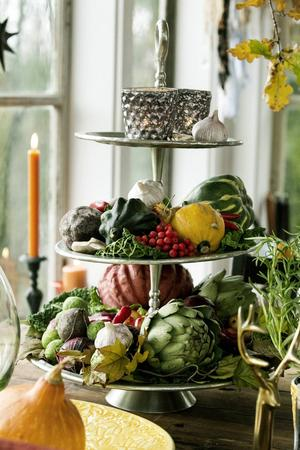 Trevåningsfatet är fyllt med dekorationer som är ätbara.
