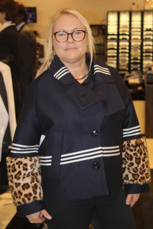 Anneli Halmroos i Pferdgartenjacka, mörkblå med ränder och pälsdetaljer, Guts(Punktgallerian).