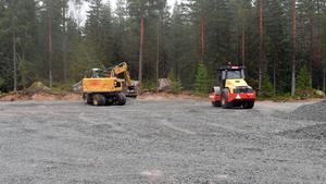 På Skamsberget håller entreprenören på att göra en etablering inför bygget av den nya vägen.