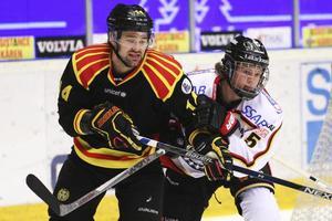 Linus Nässén i Luleås vita tröja i kamp med Brynäs Johan Alcén i ett SHL-möte tidigare under säsongen.
