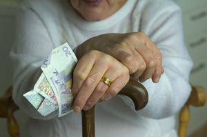 Räknar slantarna. Pensionärerna måste få reella skattesänkningar, alternativt kan nästa jobbskatteavdrag utges i form av höjt grundavdrag, skriver Per Hällqvist.foto: scanpix