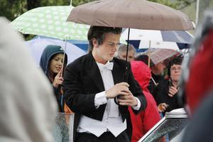 Carl Stegs Johansson öppnade dörren och höll fram paraplyet åt sin dam.