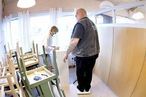 """Kerstin Stake-Nilsson från Viktväktarna väger in Ingemar Dunker. Han vill inte gärna berätta, ännu, hur mycket han väger men """" Jag har aldrig vägt så här mycket"""" , säger han."""