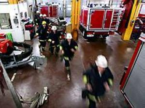 Brandkåren i Gävle ryckte snabbt ut då de fick larm om rökutveckling på Norra Kungsgatan. Helt i onödan, visade det sig, då Banverket hade en brandövning. Arkivbild: GUN WIGH