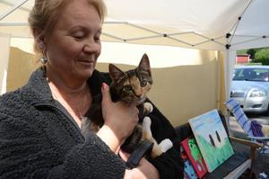 Ingrid Bergfeldt fanns på plats i Alfta med konst och hantverk. 16 veckor gamla kattungen Smulan var också med.