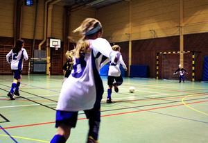 Sofia Sjöstedt vaktar målet när ÖSK's tjejer trycker på.