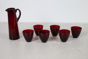 Vackert rött glas kan man fynda på auktion. Den här kannan och glasen från Reijmyre klubbades för 600 kronor på Effecta.