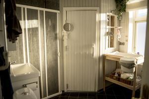 Badrummet på nedervåningen har en gullig liten bastu med fönster.