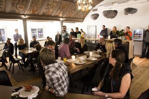 Snabba korta presentationer av alla närvarande på företagsfrukost hos House Be.