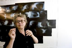 Gävlekonstnären Riitta Tjörneryd framför det stora verket