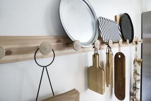 Knoppar i köket. Om det är något  Annsofi gillar så är det hängare. Där finns prylarna man använder lätt tillgängliga. Praktiskt, tidsbesparande och snyggt.