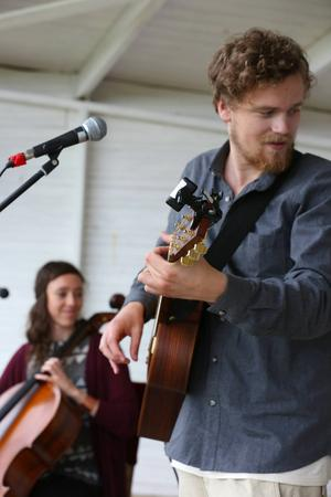 Cellon, gitarren och rösten är duons musikaliska trio.