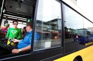 """""""Även pensionärer som ser lite knackigt och turister som inte hittar i staden kan ha nytta av hållplats- och linjeutrop"""", säger Tillgänglighetsmannen, maskoten för riksorganisationen Unga synskadade. Foto: Håkan Luthman"""