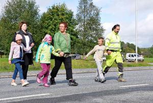 Madeleine Karlström, 9, med faster Sara Karlström, Edla Nord, 6, med mamma Tuss och Robin,  Karlström, 7, med pappa Tomas på väg över E14 till hållplatsen. Om alla berörda åker med samma buss på morgonen blir det betydligt fler, totalt cirka 20 barn, som väntar på hållplatsen.