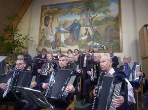 Här syns en dal av alla dragspelare som medverkade i helgens dragspelsmöte i Alfta missionskyrka.