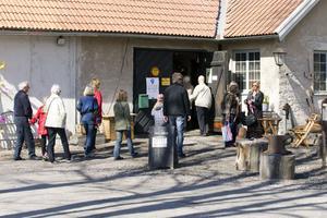 många besökare. Så här såg det ut vid SmeJohans smedja i Högbo Bruk på årets konstrunda.