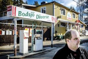 Lars Levin driver Bodsjö Diverse och fruktar för butikens överlevnad sedan Bräcke kommun valt en annan varuleverantör.