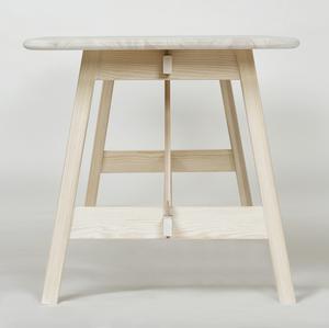 Bordet Landana i design av Emma Olbers. Materialet är furu och hon har försökt att uppdatera materialet med moderna detaljer.