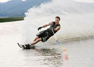 Hans-Erik Jansson har åkt några år, här åker han slalom.