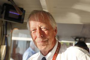 Kapten för kvällen är Gunnar Söderström. Han har varit med i föreningen Alma af Stafre sedan den bildades och deltagit i renoveringen av båten och bryggan.