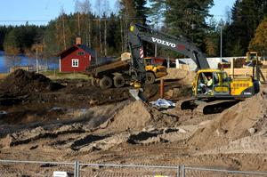 Förorenad jord. Hösten 2008 grävdes 25 000 ton förorenad sand och jord bort i Silvergruvan. Nu ska nya områden i byn undersökas för en eventuell framtida sanering. ARKIVBILD: ANDERS ALMGREN