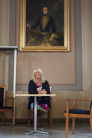 Anneli trivs bra i skolans bibliotek, som hon tycker är det vackraste biblioteket i Sundsvall.