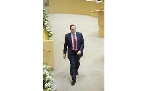 Finansminister Anders Borg på väg till talarstolen under riksdagens budgetdebatt. Foto: HENRIK MONTGOMERY / SCANPIX