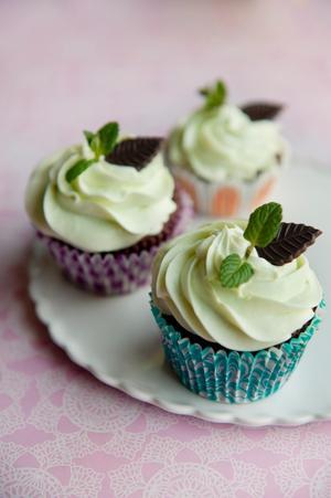 En cupcake inspirerad av 1970-talsdesserten varma konserverade päronhalvor med smält After Eight. Chokladmuffins med pärongömma och minttopping.