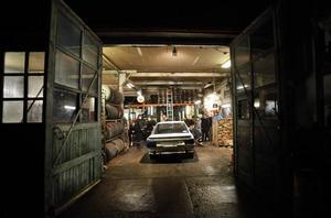 RULLAR IN. Gustafs Toyota Camry från -88 har precis rullats in genom stora dubbeldörrarna till verkstadshallen.