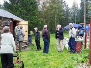 Ett femtiotal besökare mötte upp till invigningen av Hillsands kulturgård, där bland annat Hillsands sista fäbodstuga nu finns uppsatt.