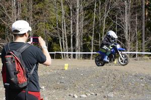 Malin Andersson ser till att dokumentera sonen Otto Anderssons första varv på en riktig motocrossbana.
