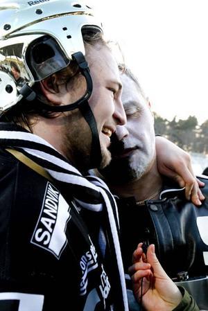 Christoffer Edlund kramas om av en segerrusig supporter. Att Edlund missade en straff med bara minuter kvar förlät fansen – han gjorde ju faktiskt både 4–5 och 5–5.