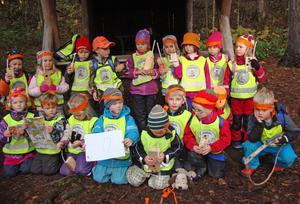 Leksands yngsta jaktlag finns på Rosens förskola. Här ses hela gänget som jagade fantasiälgar på Åkersön härom dagen.