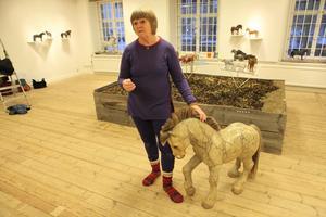 Eva Nordangård, mästaren på att snida hästar, hade för första gången en stor separatutställning. Besökarna på Örnsköldsviks Museum och Konsthall fick se några av hennes mästerverk.