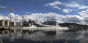 Oslos med rätta berömda operahus. En härlig gratisupplevelse utvändigt där en glasspaus på taket sitter fint på soliga dagar.