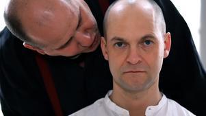 Hur ska du ta dig ur det här? frågar prästen (Johan Theodorsson) Magnus/Maria (Anders Peev).