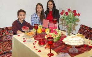 Adibullah och Madina Abdullah, här tillsammans med läraren Sara Moghaddas, berättade om persiska högtider. Foto: Kent Olsson/DT