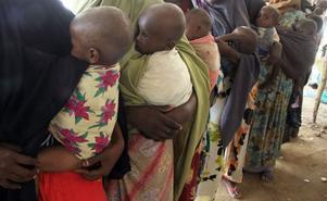 Undernärda. Somaliska kvinnor i ett flyktingläger i Mogadishu bär sina undernärda barn tätt intill kroppen.