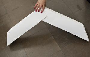 2. Kan fällas ihop till att bli platt med formen av en bumerang.