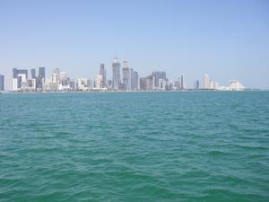 Doha stad sedd från havet. Skyskrapor under uppbyggnad i en rasande fart.
