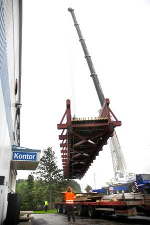 Bron är byggd i Skellefteå och har körts till Lindesberg på lastbil. På onsdagsmorgonen lyftes den på plats.