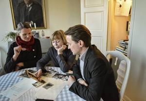I det gamla köksskafferiet förvarade Tomas Tranströmer anteckningsböckerna var som helt avgörande för hans diktning. Nina Ulmaja, Monica Tranströmer och Magnus Halldin har färdigställt poetbiografin