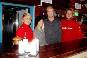 Camilla Granelid, Bella Wall (tjej till Patric), Patric Granelid och Kristoffer Eriksson. I baren satsar de på att ha många ölsorter, just nu finns det 17 stycken och fler blir det. Foto: Carin Selldén