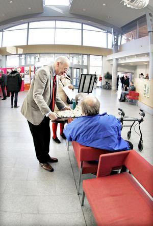 Svante Lönnbark bjöd Håkan Dahllöf, Anna-Lisa Feldt, Margareta Erdesjö och andra sjukhusbesökare på cider och snittar.
