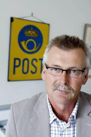 """Distriktschef för Posten.  """" Vi sparar både pengar och på miljön med färre lådor"""", säger Lars Lindbäck."""